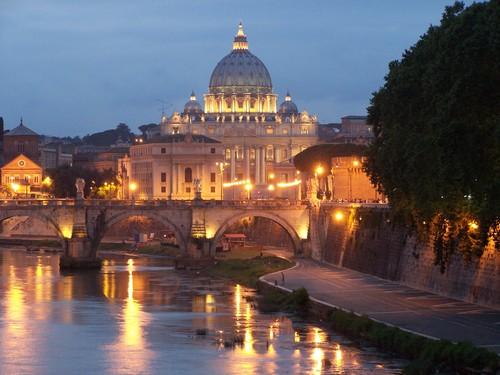 Vuelos a Roma: atardecer en la Basílica de San Pedro, Vaticano.